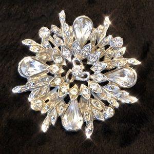 Jewelry - ✨Stunning rhinestone snowflake brooch pin